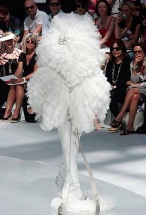модель в белом наряде на подиуме