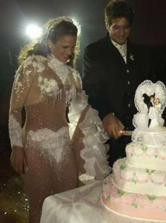 жених и невеста режут торт