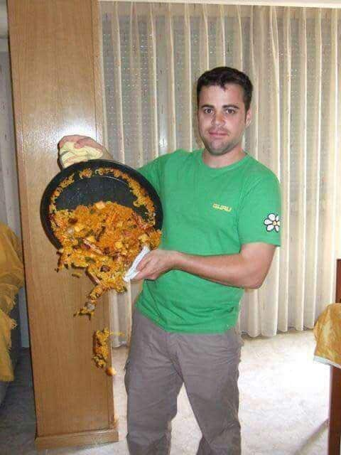 мужчина и сковорода