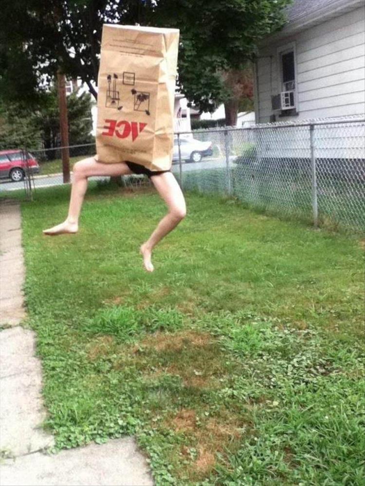 человек с бумажным пакетом