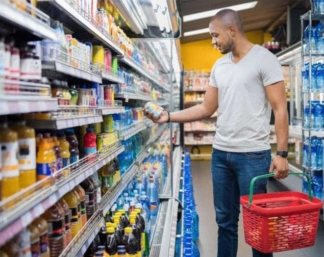мужчина с корзиной в супермаркете