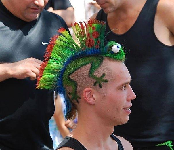 парень с зеленым ирокезом на голове