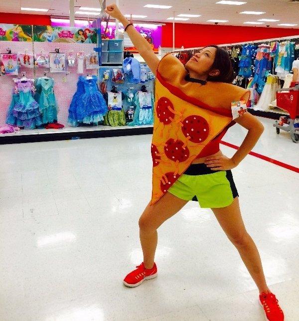 девушка в костюме пиццы