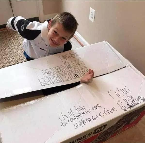 мальчик рядом с коробкой
