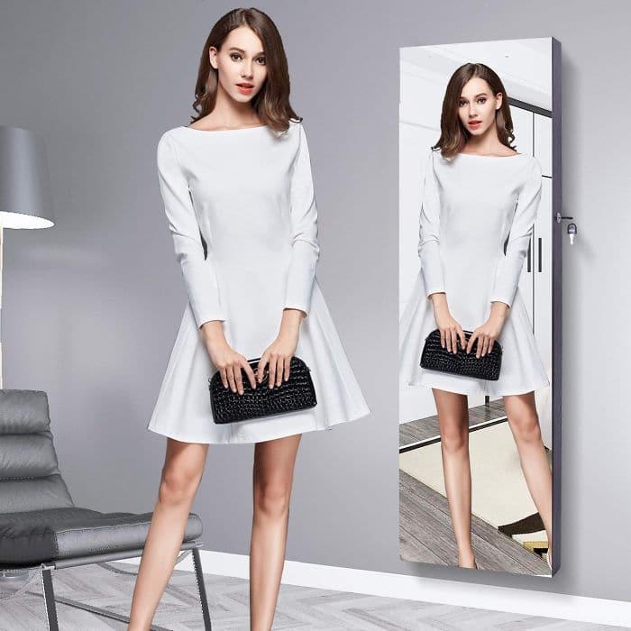 девушка и её отражение в зеркале