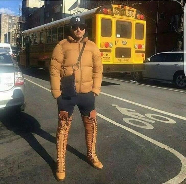 мужчина в высоких ботфортах на шнуровке