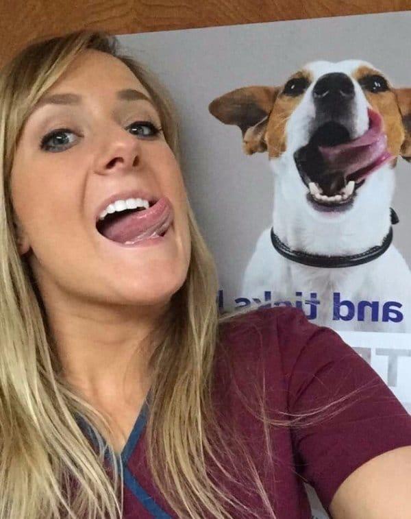 девушка и плакат собаки
