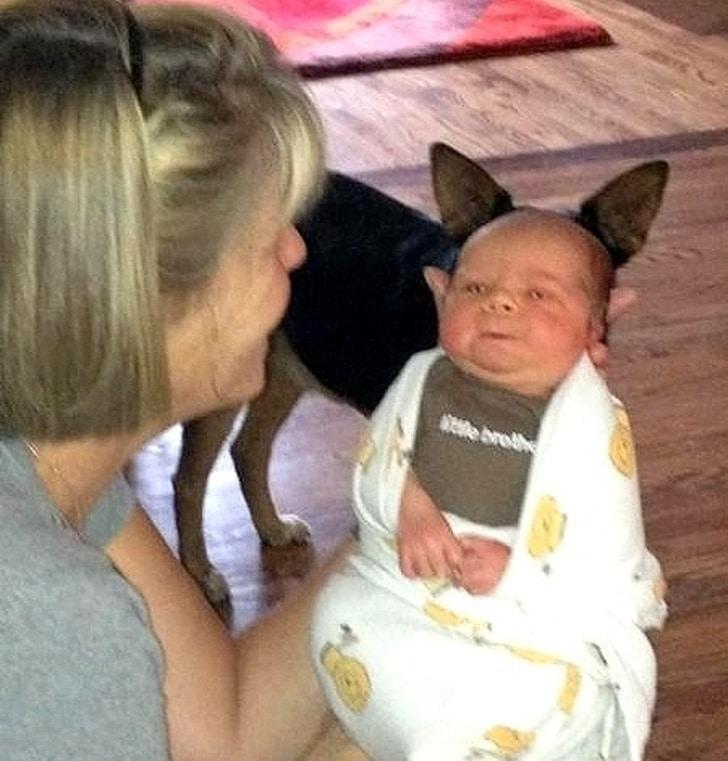 женщина держит младенца на руках