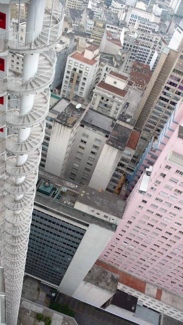 высокое здание и лестница