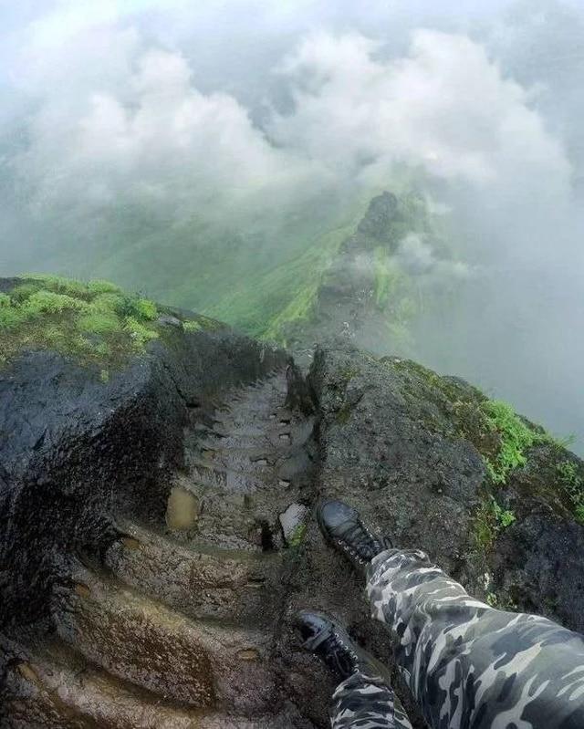 мужчина на склоне горы