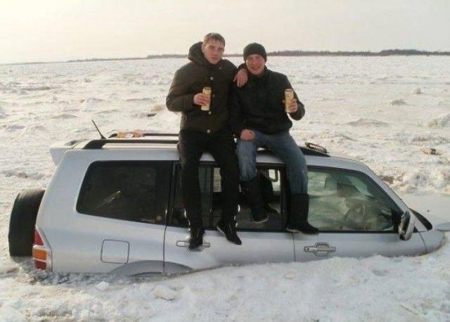 машина в снегу и люди