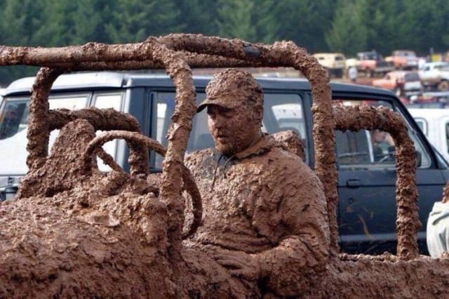 мужчина на машине в грязи