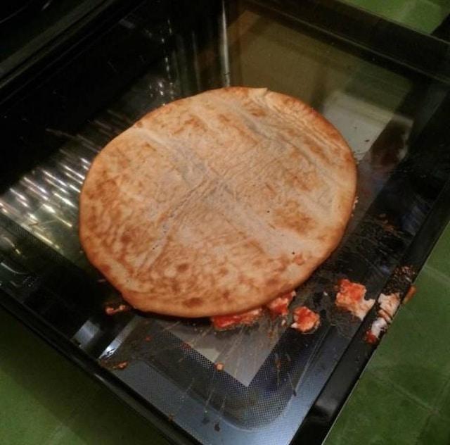 пицца упала на дверцу духовки