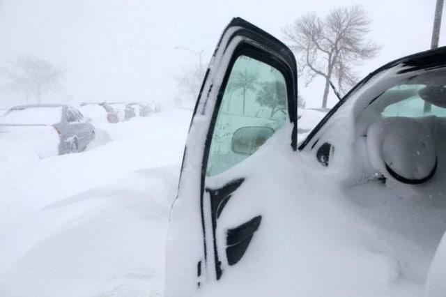 машины замело снегом