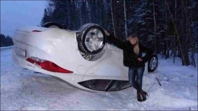 девушка и перевернутая машина