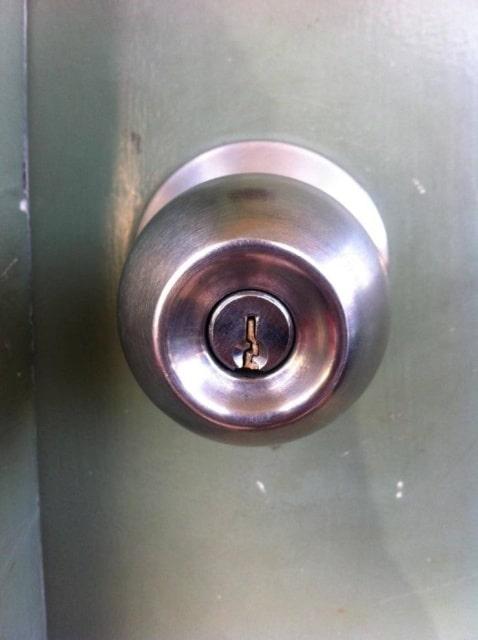 сломанный ключ и замок