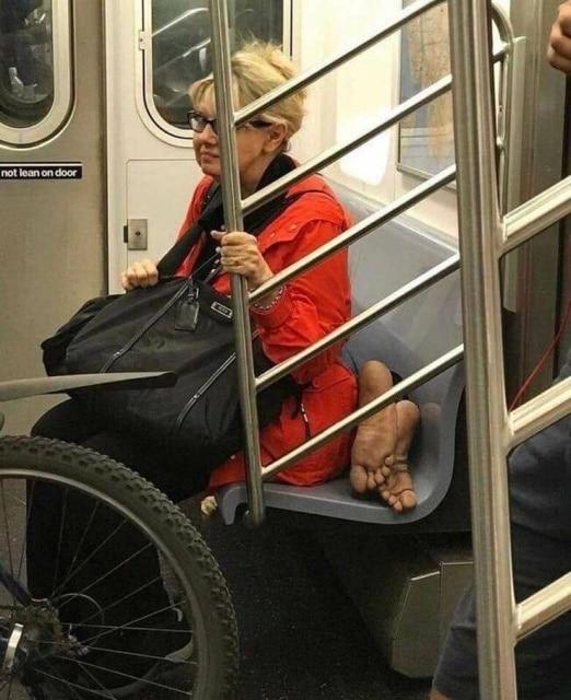 женщина и чьи-то ноги