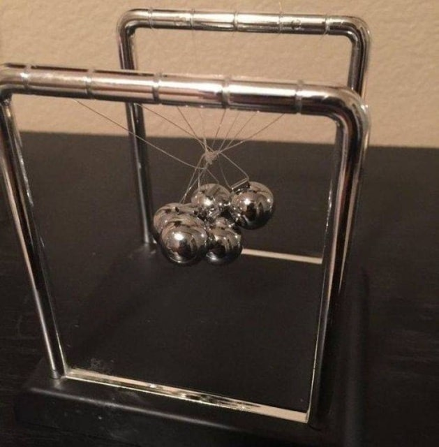 запутанный сувенир-маятник