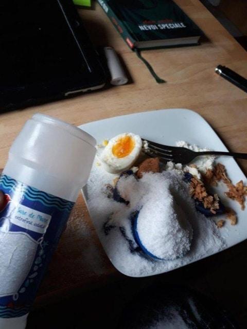 соль рассыпалась на тарелку с едой