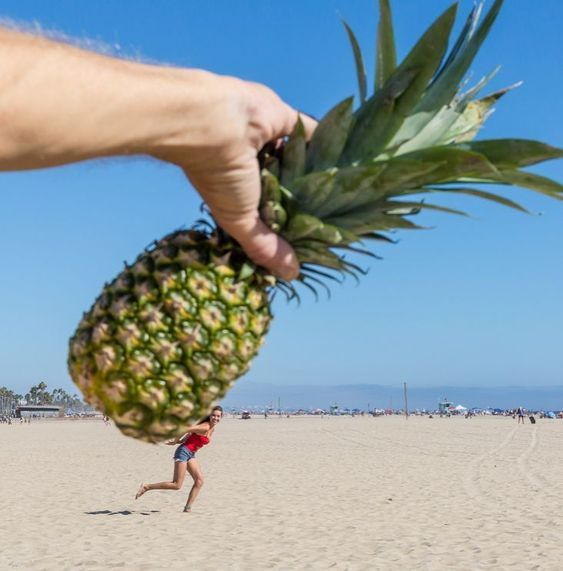 ананас и девушка на берегу