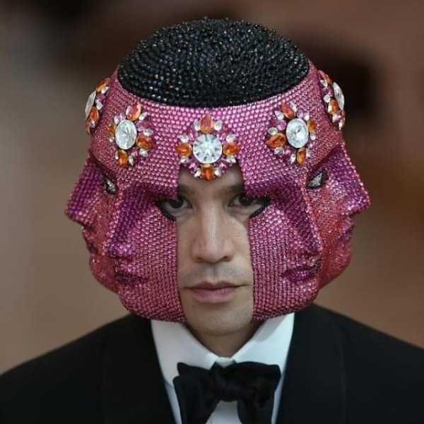парень в розовой маске с лицами