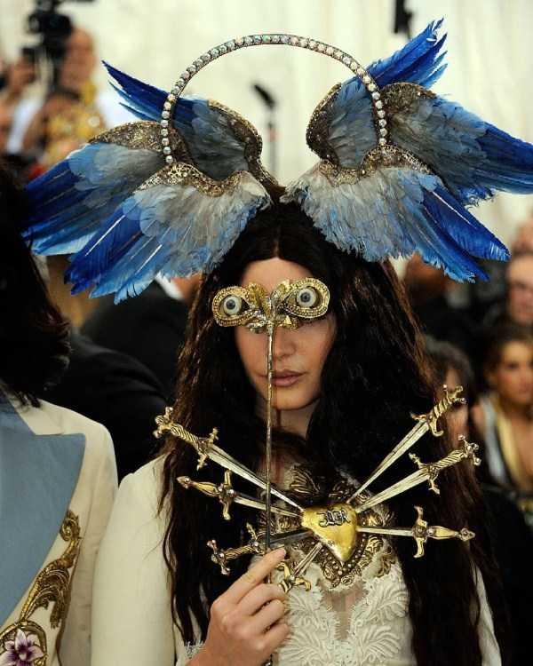 девушка с крыльями на голове