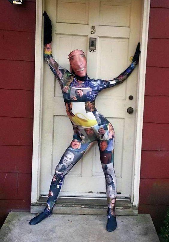человек в сплошном комбинезоне у дверей