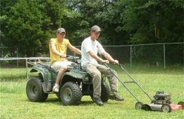 парни косят траву