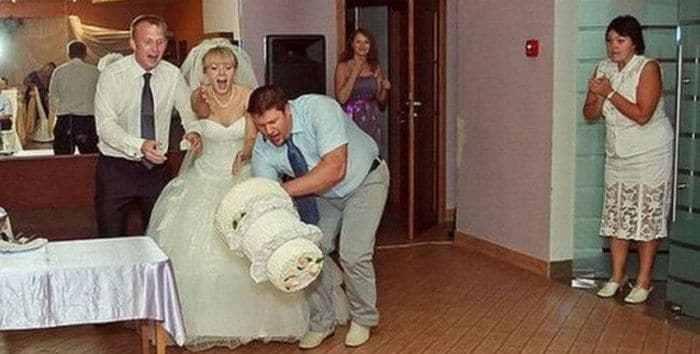 молодожёны и свадебный торт