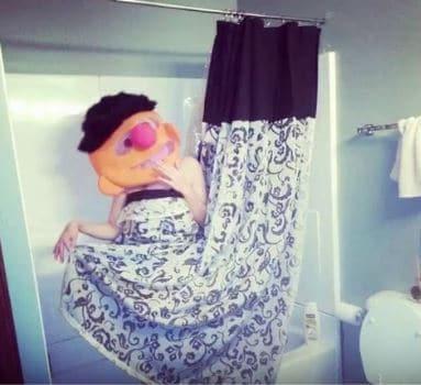 женщина в ванной комнате