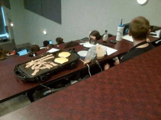 парень с подносом еды на лекции