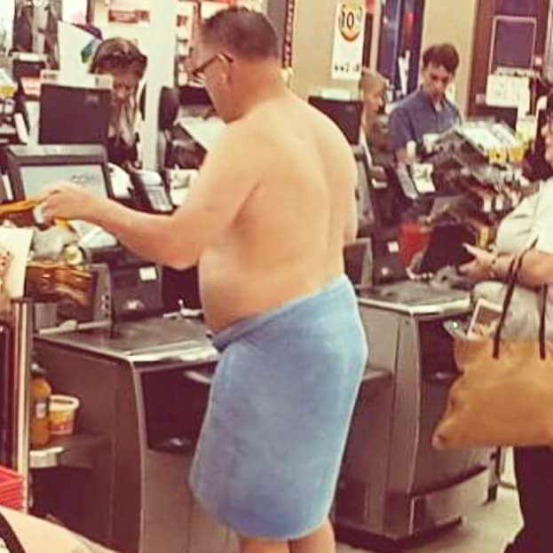 мужчина в полотенце на кассе