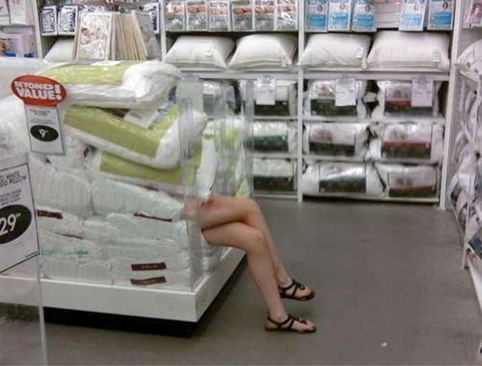 девушка лежит под мешками в магазине