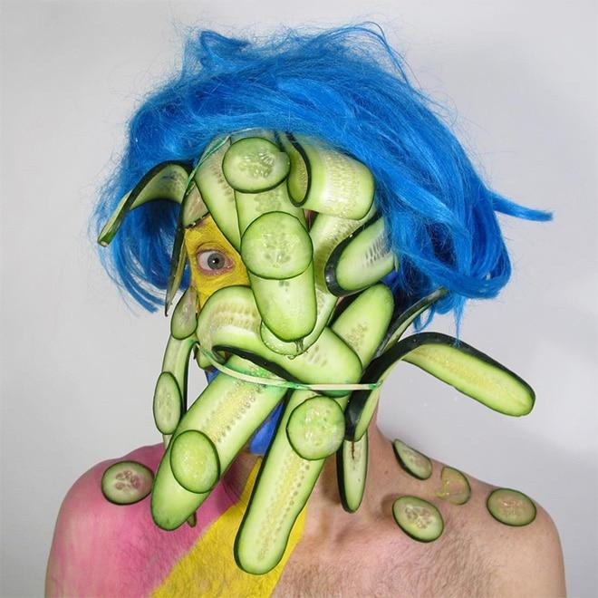 мужчина с огурцами на лице