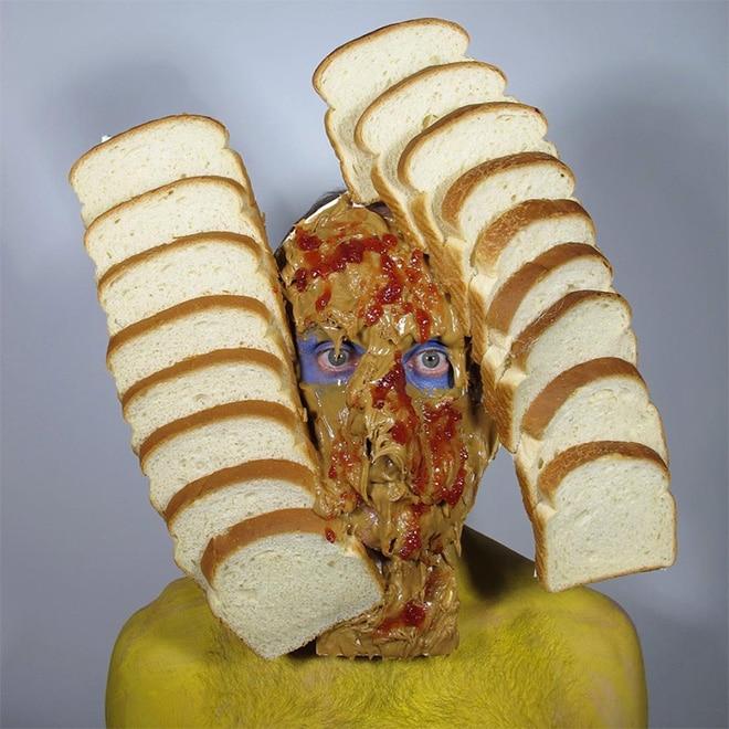 мужчина с хлебом на лице