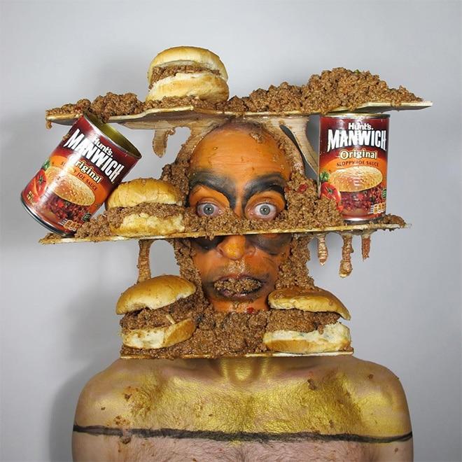 мужчина с едой на голове