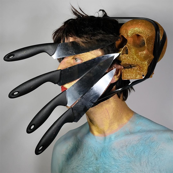 мужчина с ножами на лице