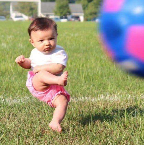 девочка с футбольным мячом