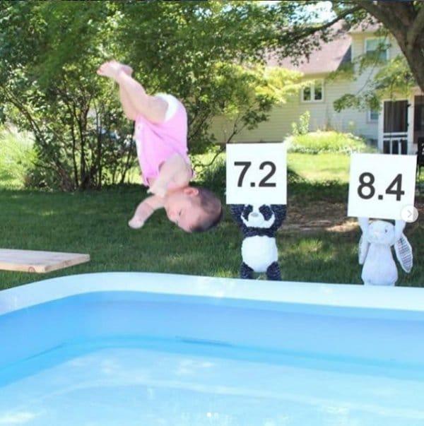 девочка ныряет в бассейн
