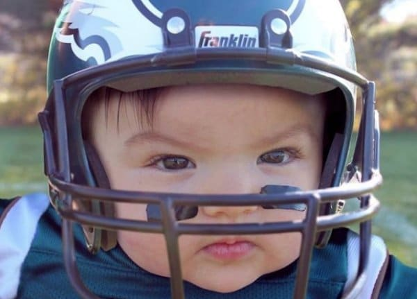 девочка в футбольном шлеме