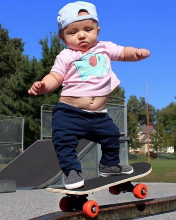 девочка стоит на скейтборде