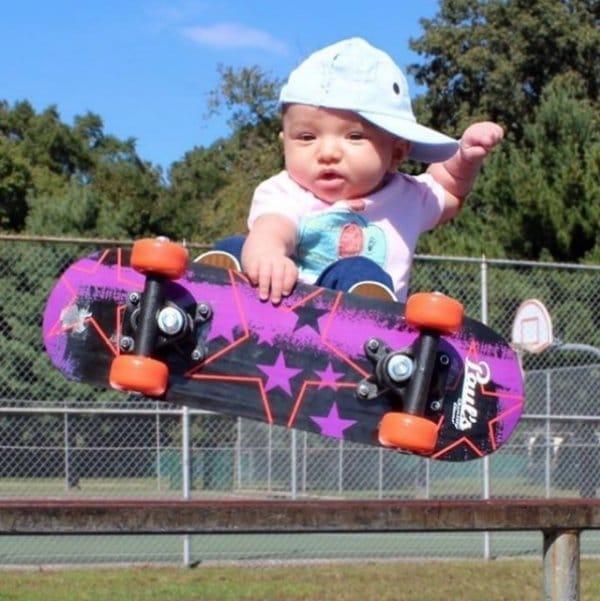 девочка на скейтборде