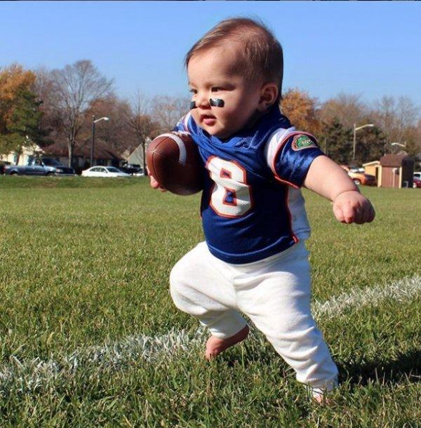 маленькая девочка бежит с мячом