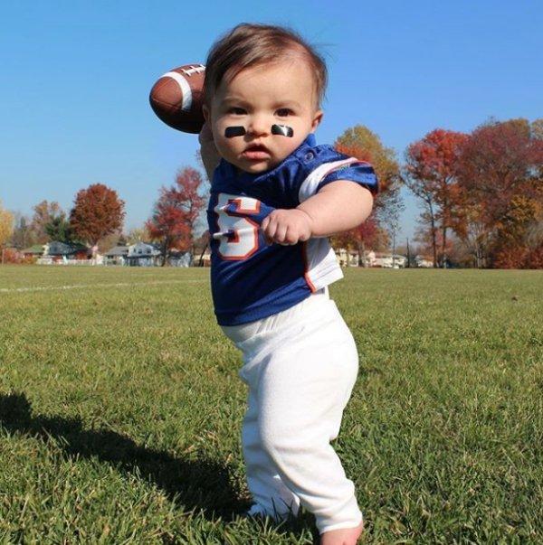 девочка в форме игрока в американский футбол