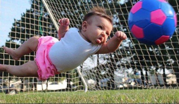 девочка отбивает мяч от ворот
