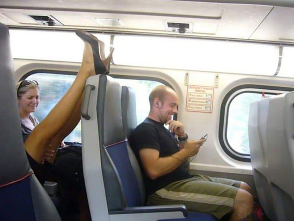 женские ноги в общественном транспорте