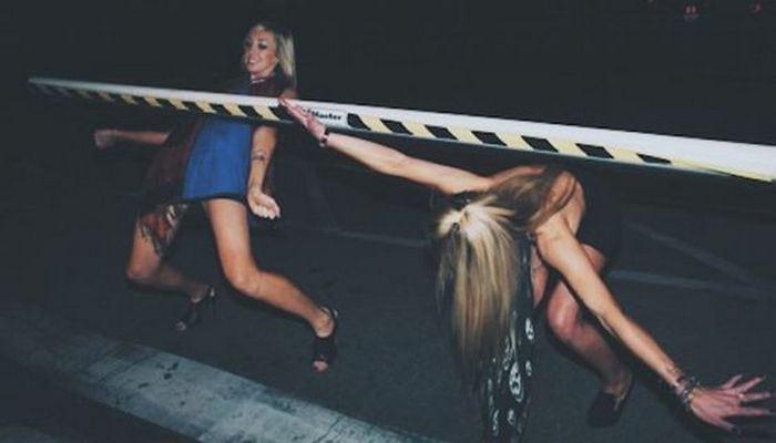 пьяные девушки дурачатся
