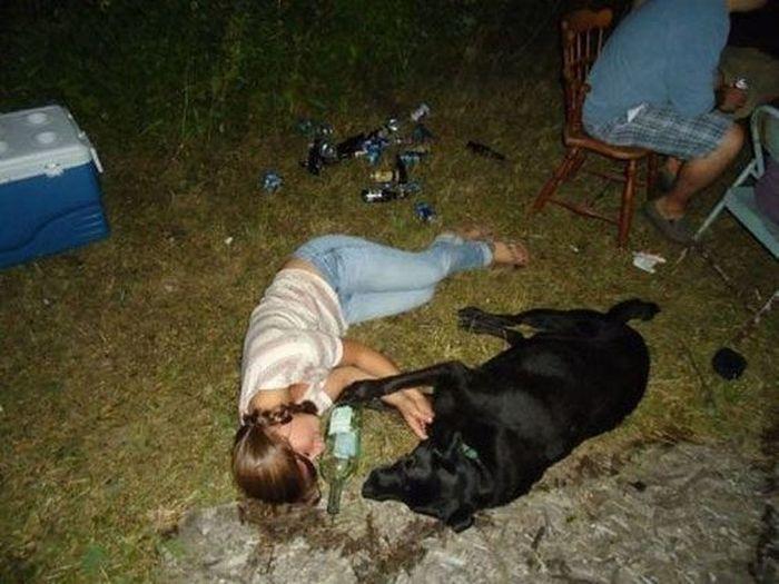 девушка спит с собакой на земле