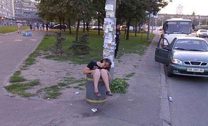 девушка уснула в урне