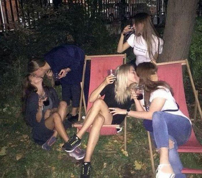девушки целуются друг с другом